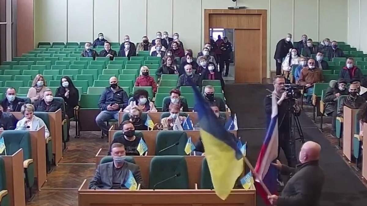 Хоменко объяснил, почему принес флаг России в горсовет Славянска