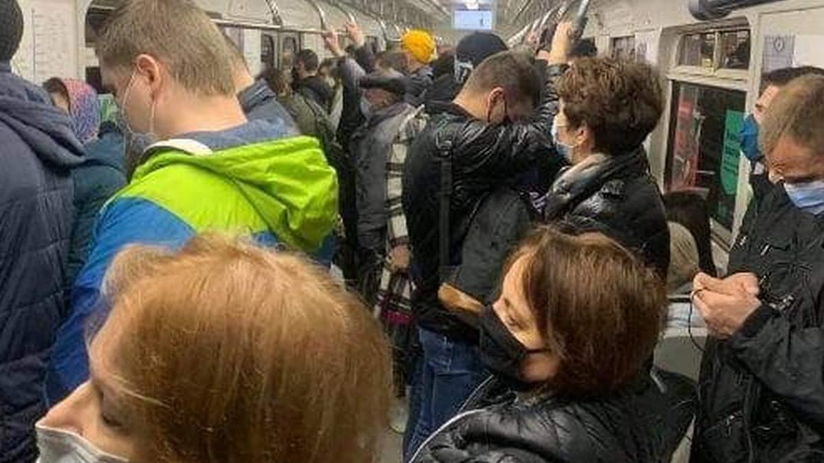 В метро Киева снова нельзя придерживаться социальной дистанции