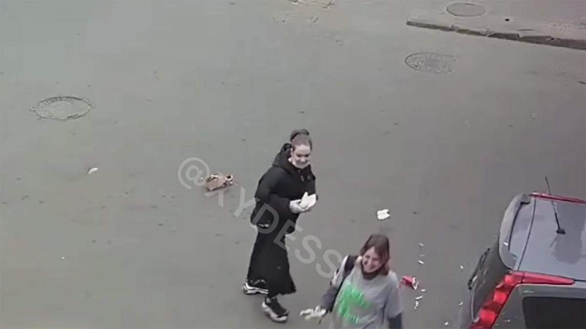 В Одесі дівчина підібрала бургер на дорозі та почала його їсти: відео