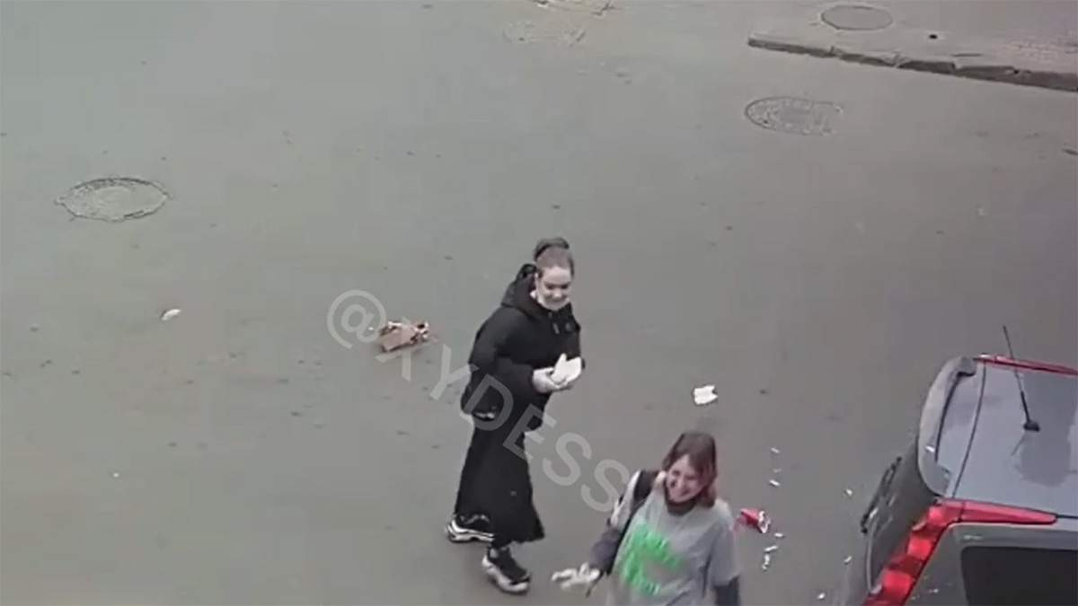 В Одессе девушка подобрала бургер на дороге и начала его есть: видео