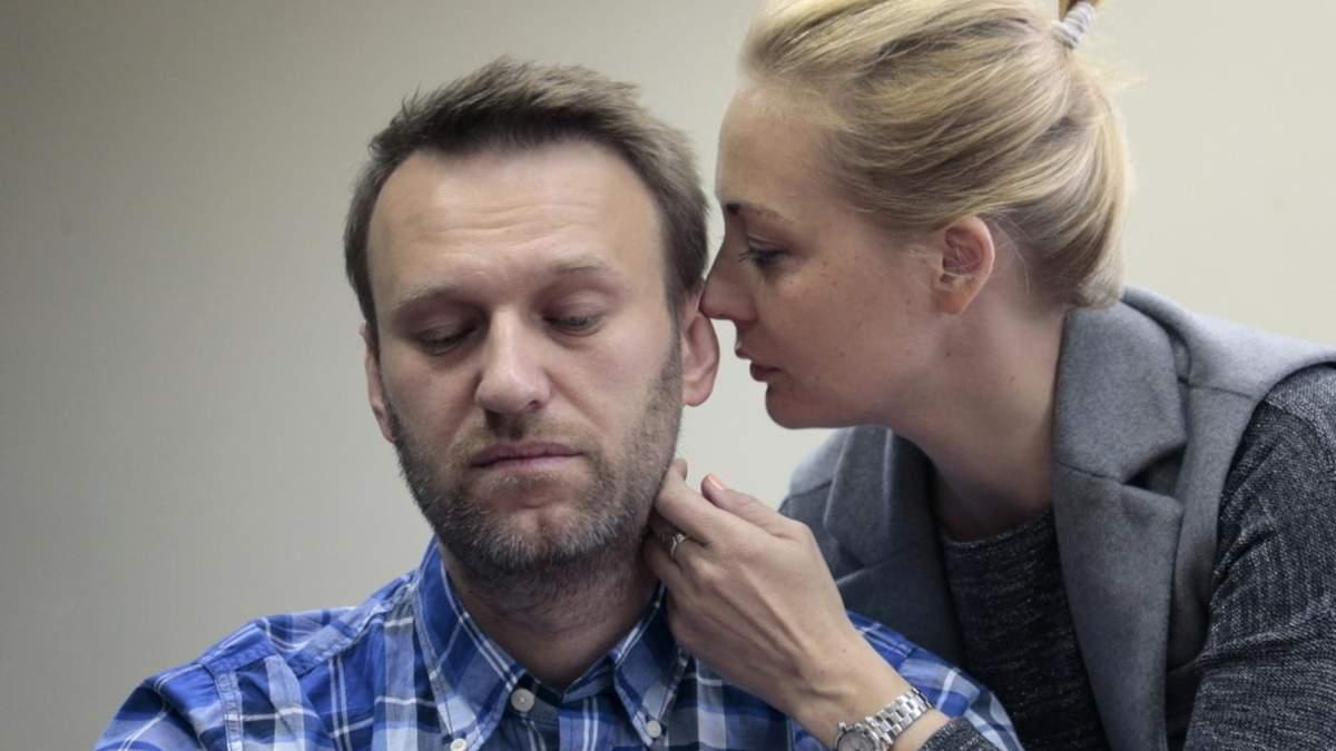 Едва говорит и ложится на стол, – Навальная о свидании с мужем