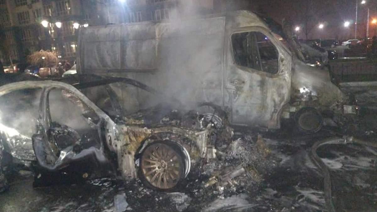 Під Києвом у новому ЖК згоріли 4 автівки