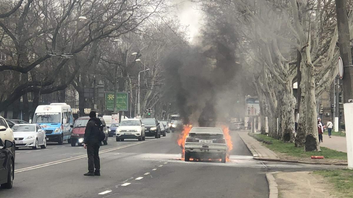 Біля Одеської ОДА загорівся автомобіль: фото, відео