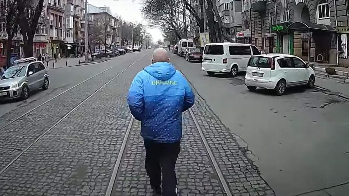 У Миколаєві пенсіонер запізнився на трамвай, оббіг його та ткнув фак