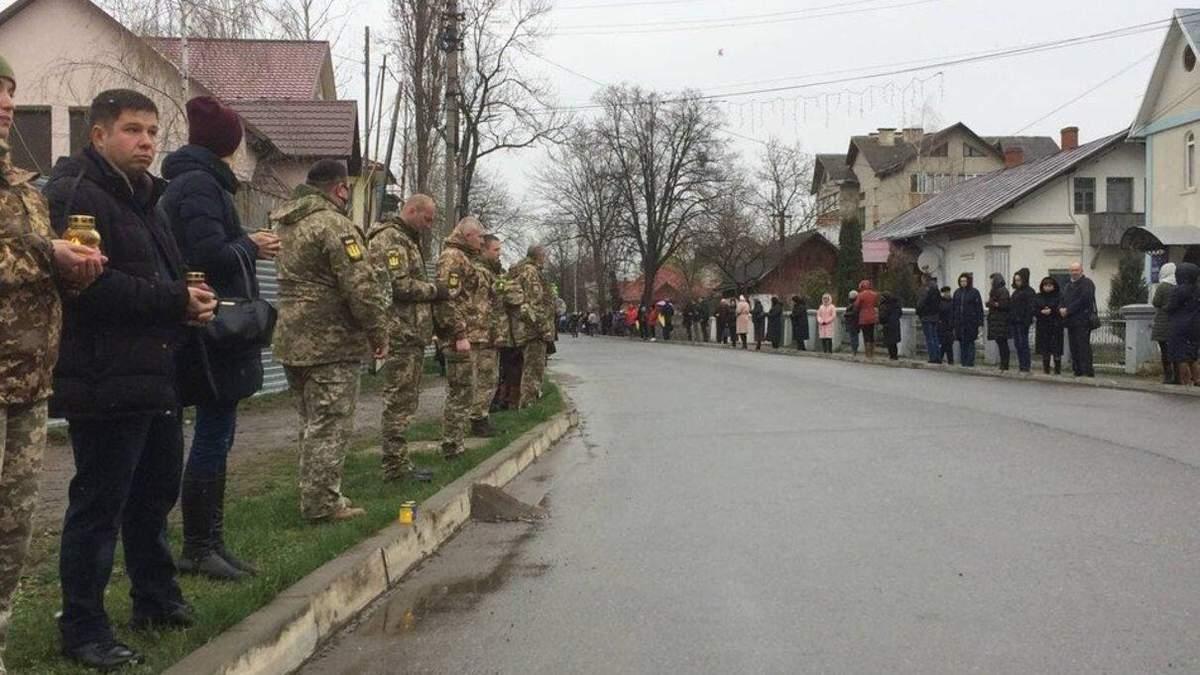 На Буковині прощаються з загиблим на Донбасі Ярославом Карлійчуком