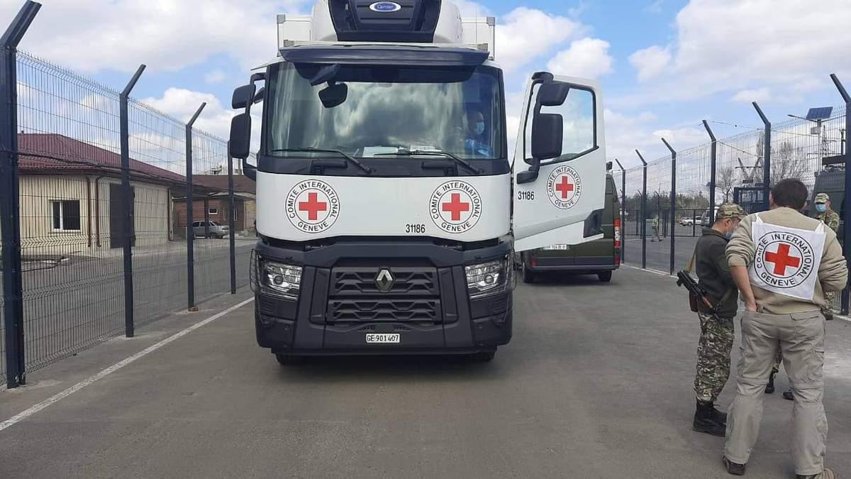 Вантажівки з допомогою прибули на окуповані території Донбасу: фото