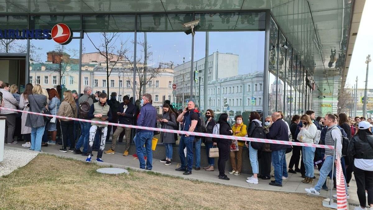 Россияне стоят в длинных очередях, чтобы сдать свои билеты в Турцию