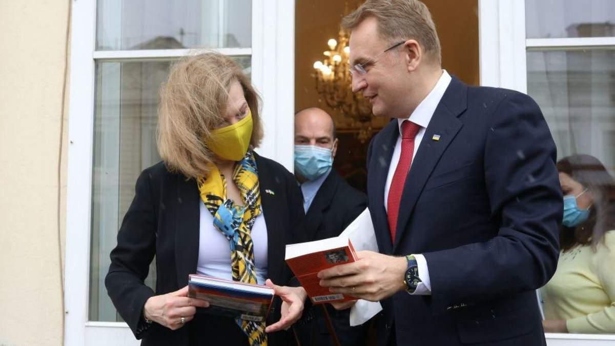 Говорили про розвиток Львова та інвестиції: Садовий зустрівся з пані-послом США – фото