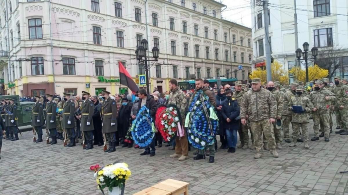 У Чернівцях прощаються з військовим Олексієм Мамчієм: фото