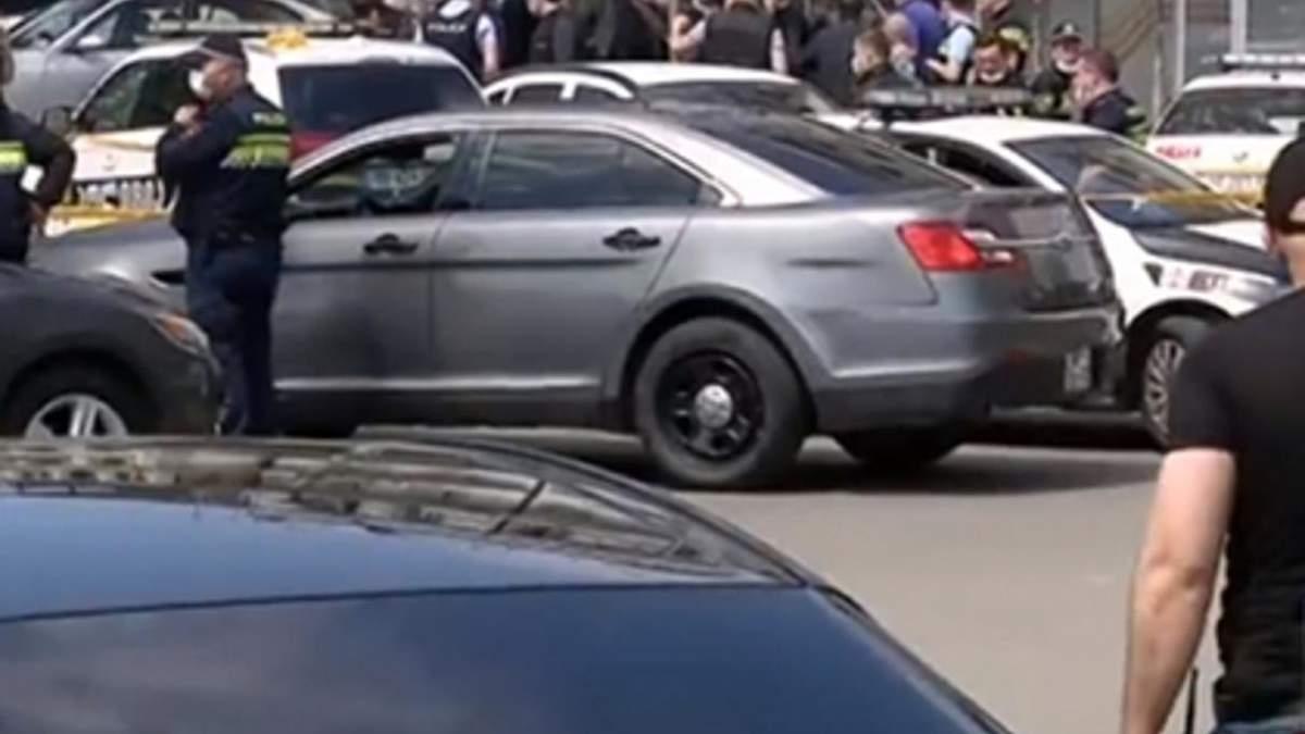 У Тбілісі невідомий захопив заручників в банку: відео