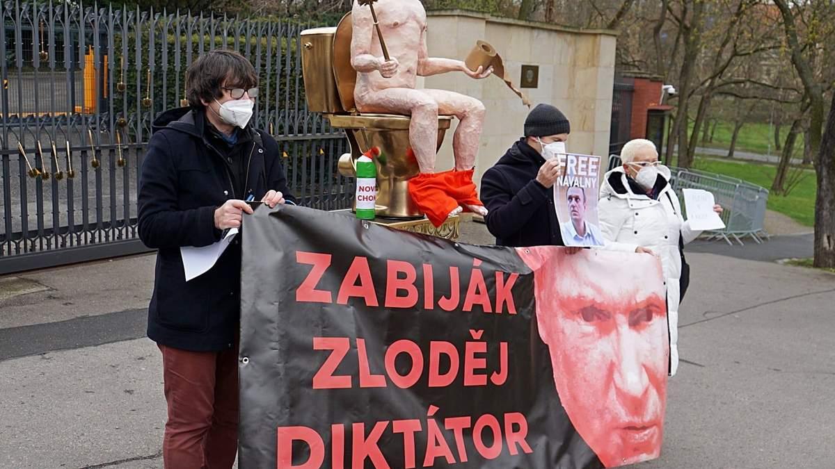 Под посольством России в Чехии установили статую Путина на унитазе