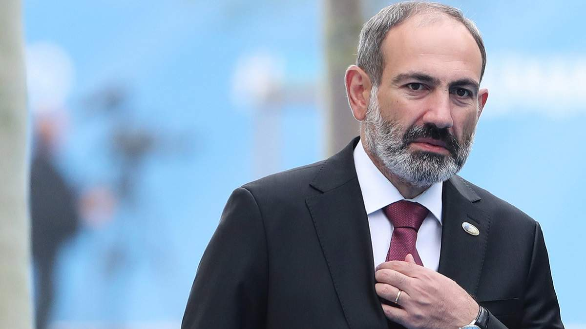 В Армении мужчина не позволил Пашиняну возложить цветы к могиле его родственника: видео