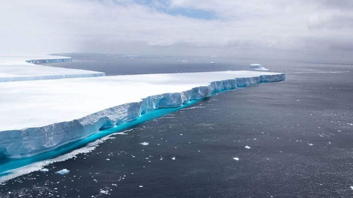 Один з найбільших у світі айсбергів майже розтанув