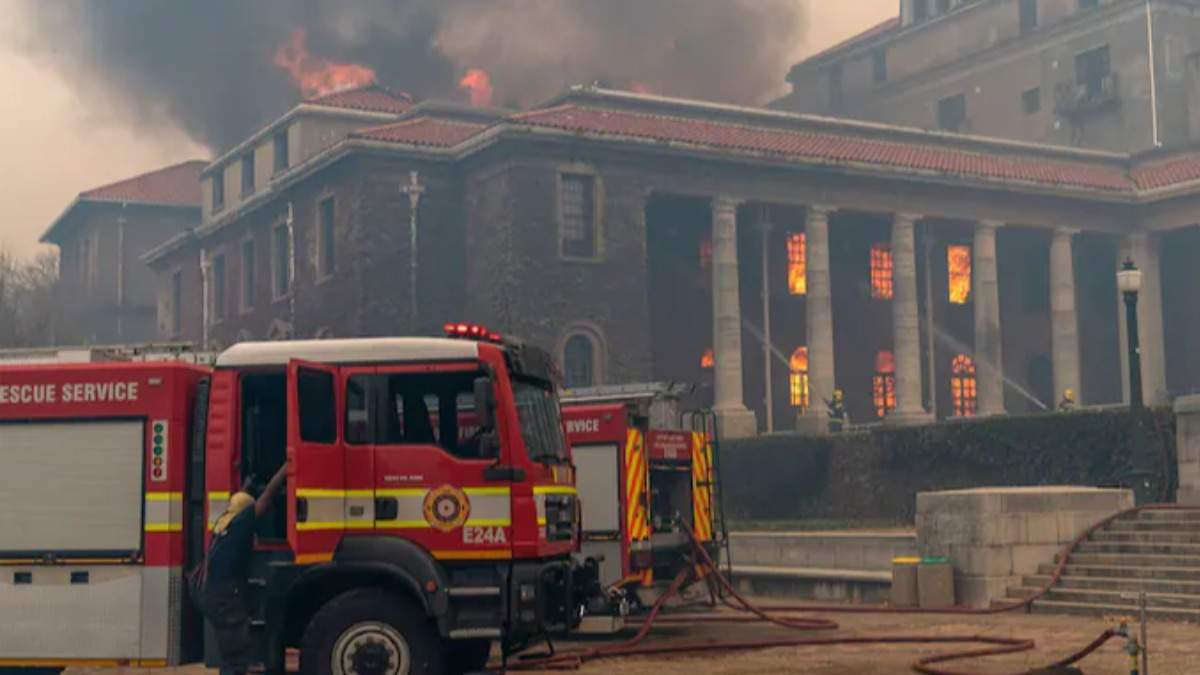 В ЮАР бушует масштабный пожар: людей эвакуируют - видео