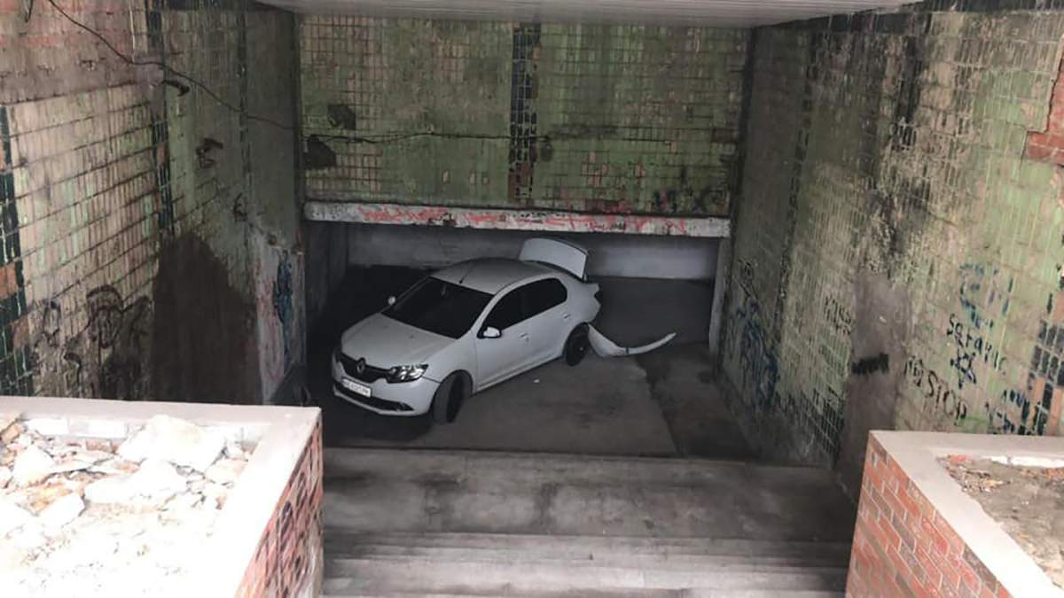 У підземному переході в Дніпрі покинули побите авто – фото