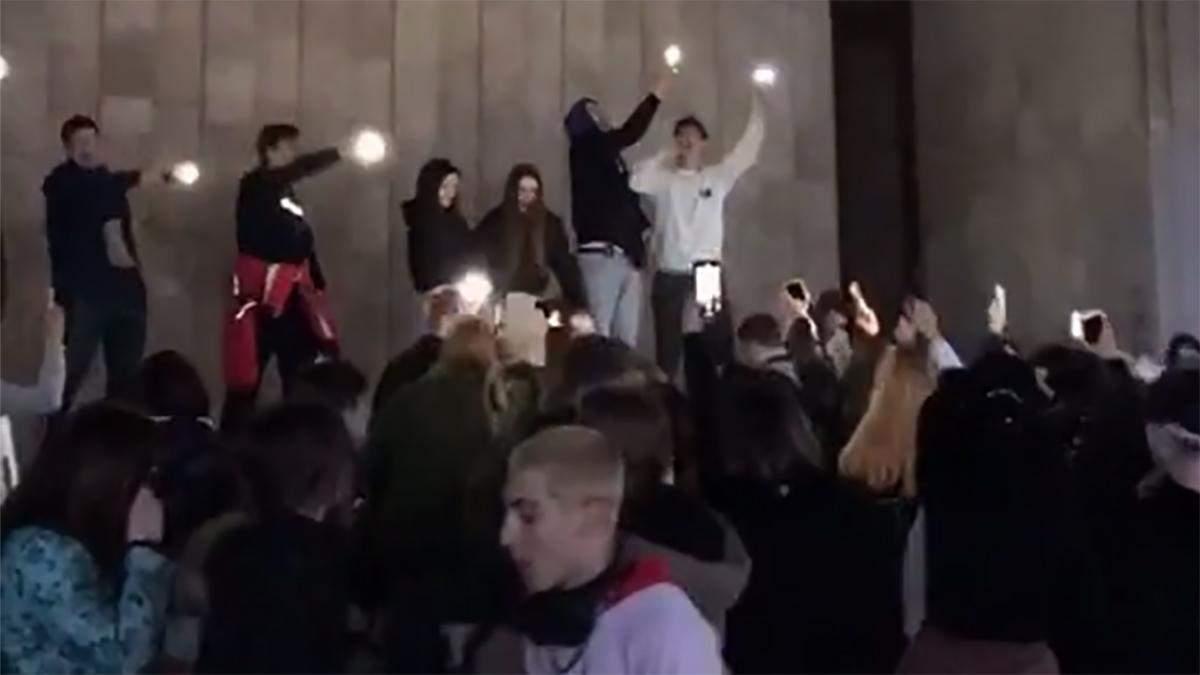 Як пройшла тусовка школярів під ХАТОБом мов у доковідні часи: відео