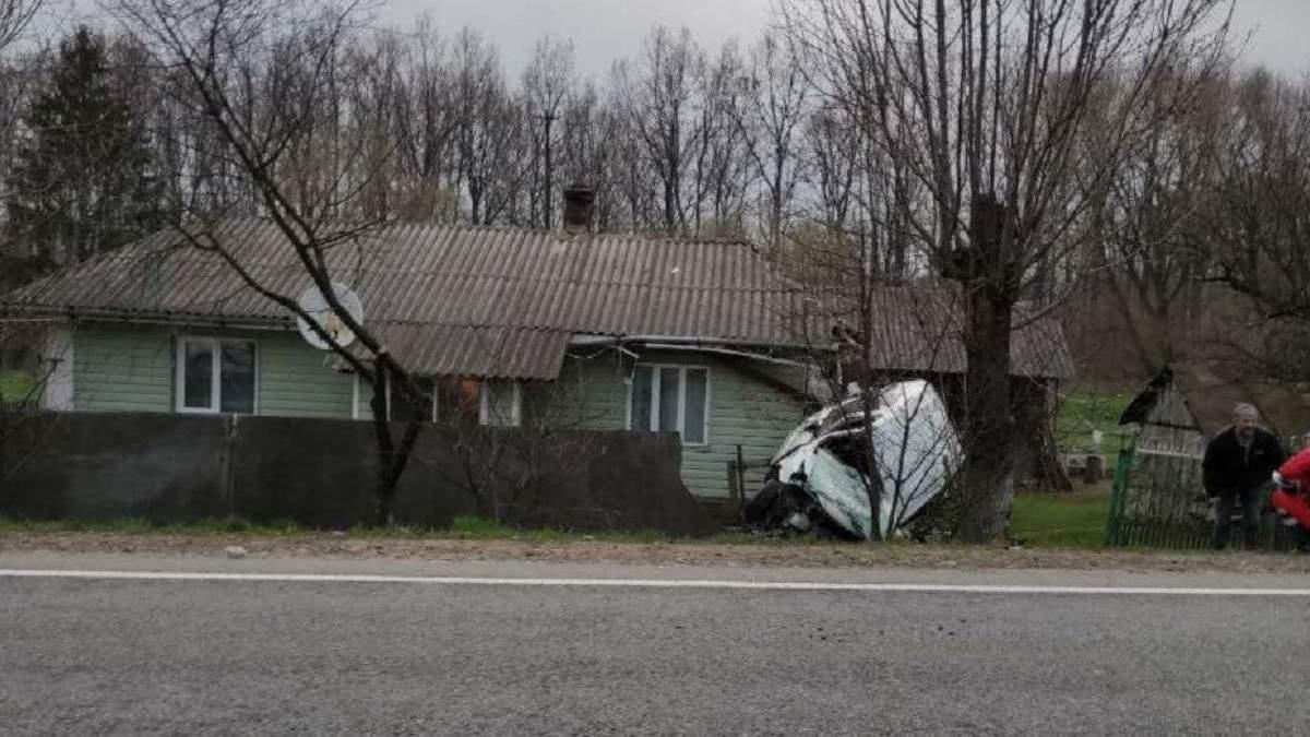 На Прикарпатті авто поліції влетіло в житловий будинок