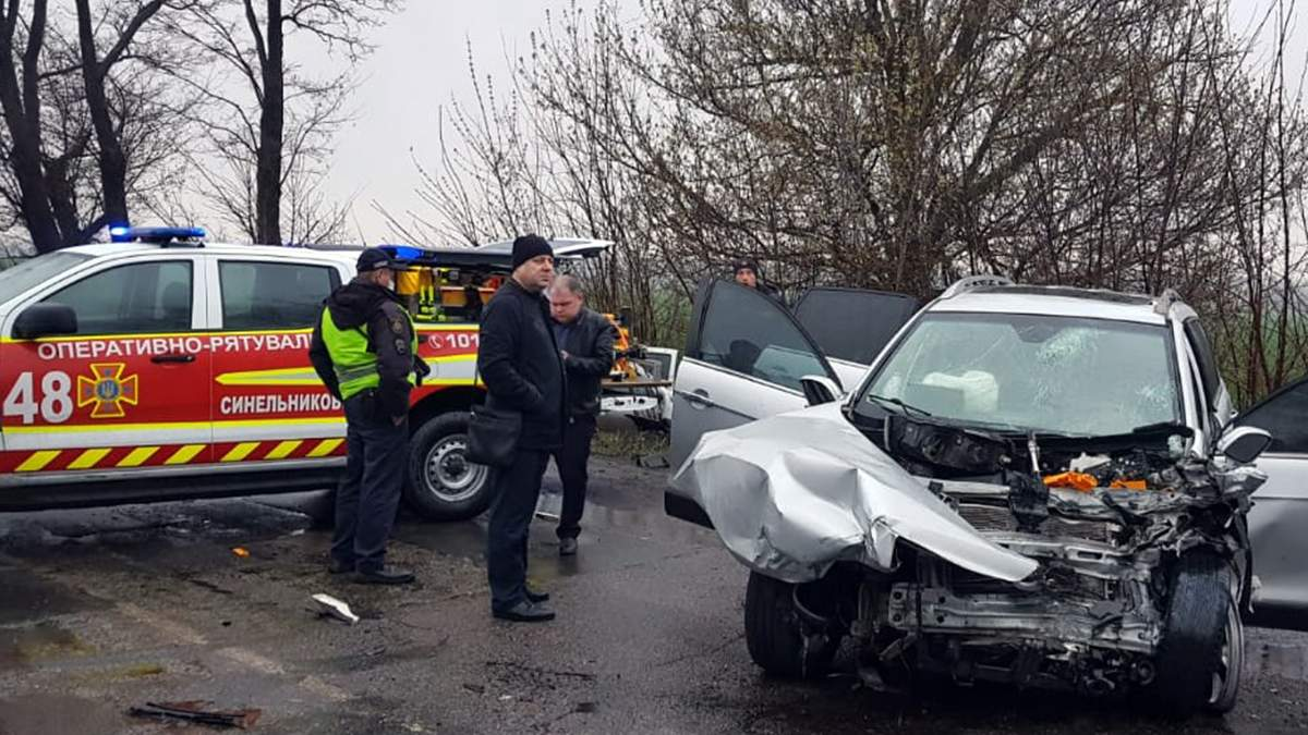 ДТП під Дніпром: водій загинув, 5 людей доправили в лікарню – фото
