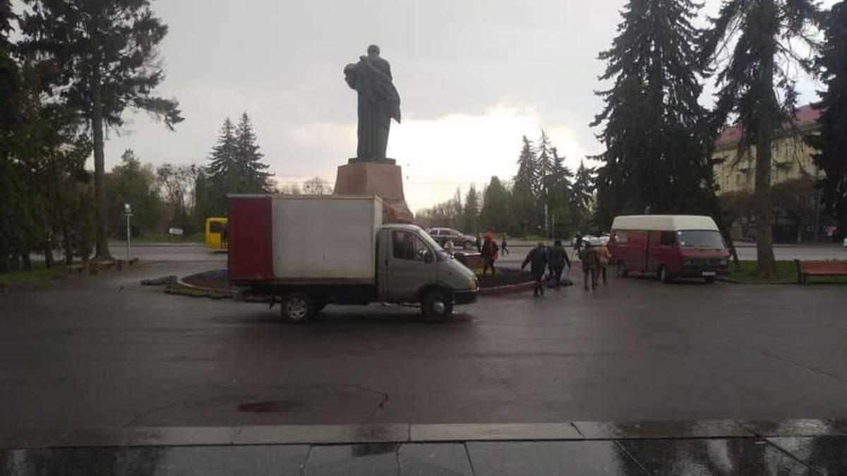 В центре Луцка до приезда Разумкова срочно сажали цветы: фото