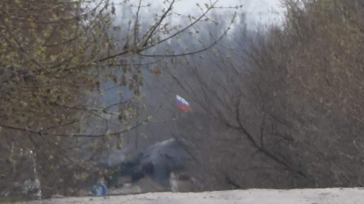 Боевики демонстративно установили флаг России на передовой: фото
