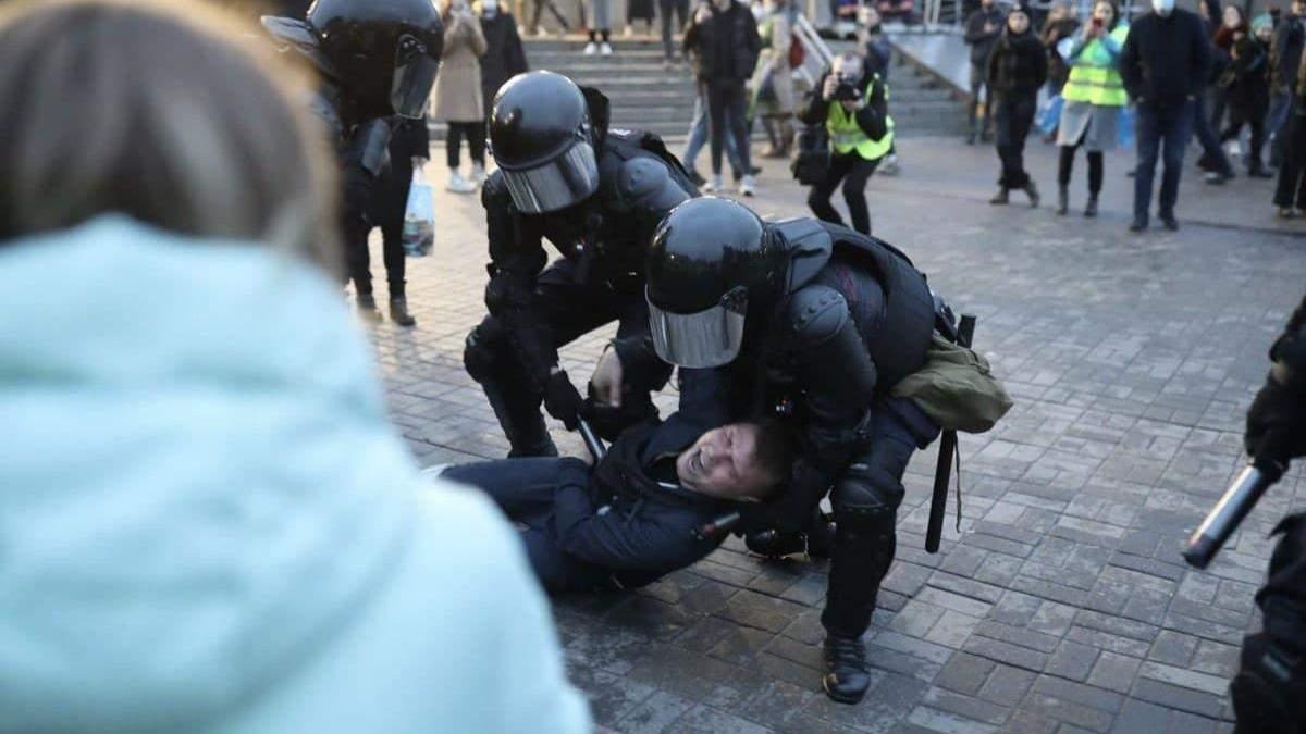 В России жестоко задерживают людей на митингах за Навального: видео