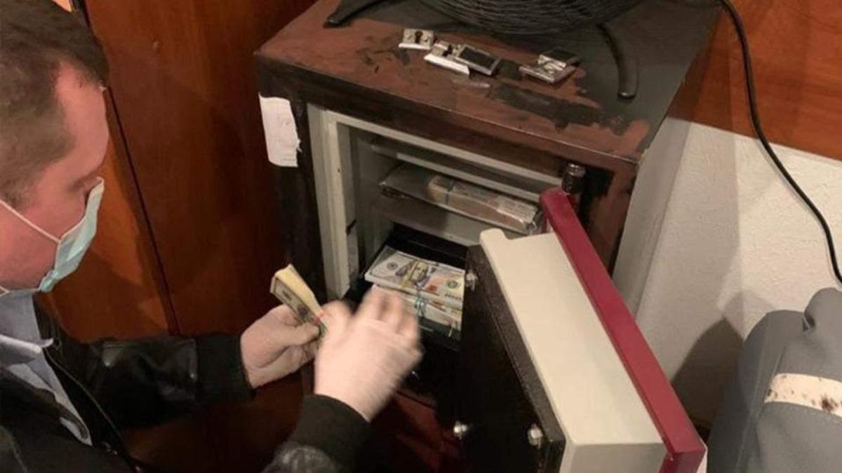 Перераховували пачки грошей: показали відео обшуків у брата Вовка