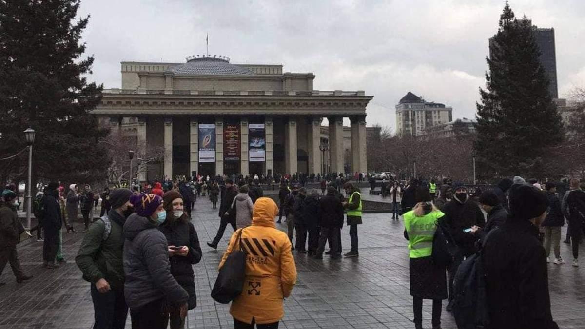 На акциях через Навального задержали почти 2000 человек