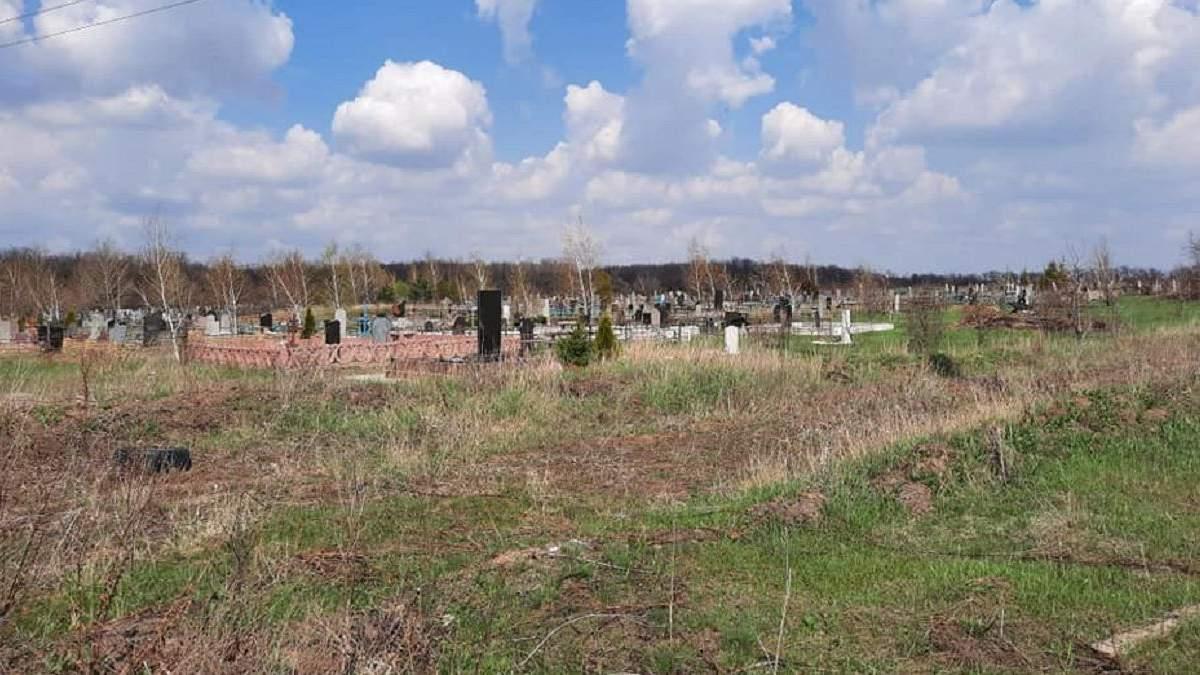 Окупанти на Донбасі цинічно обстріляли кладовище