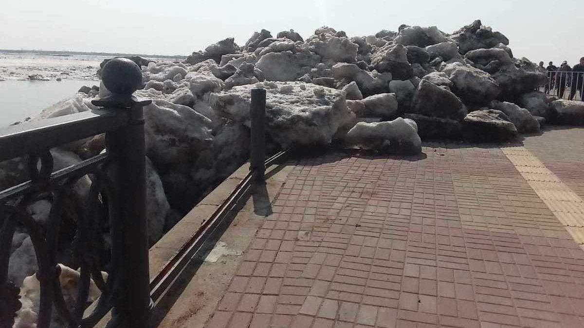 В России ледоход на Амуре повредил набережную: впечатляющее видео