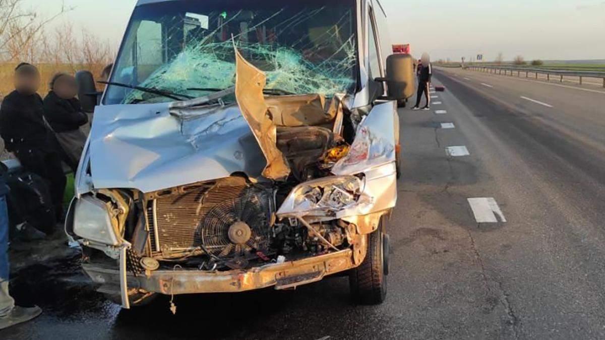 На Одещині маршрутка на ходу в'їхала в фуру: 5 осіб постраждало