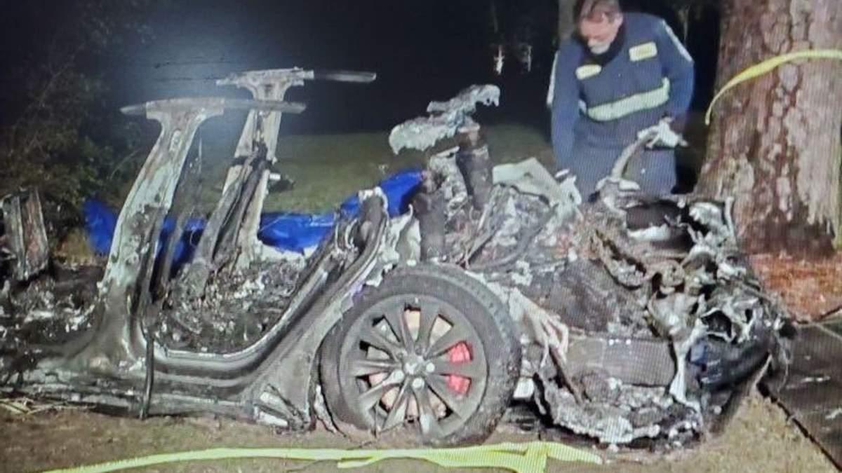 Tesla Model S врізалася у дерево – загинуло двоє чоловіків