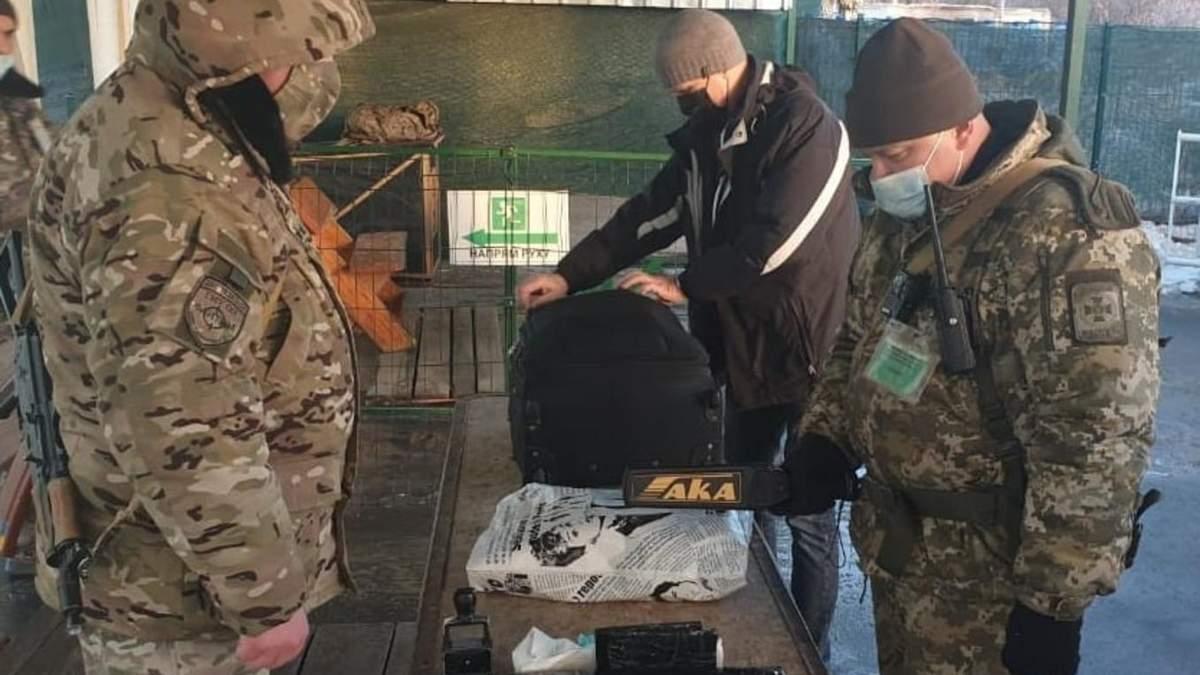 Українець намагався вивезти з окупованого Донбасу 150 000 доларів