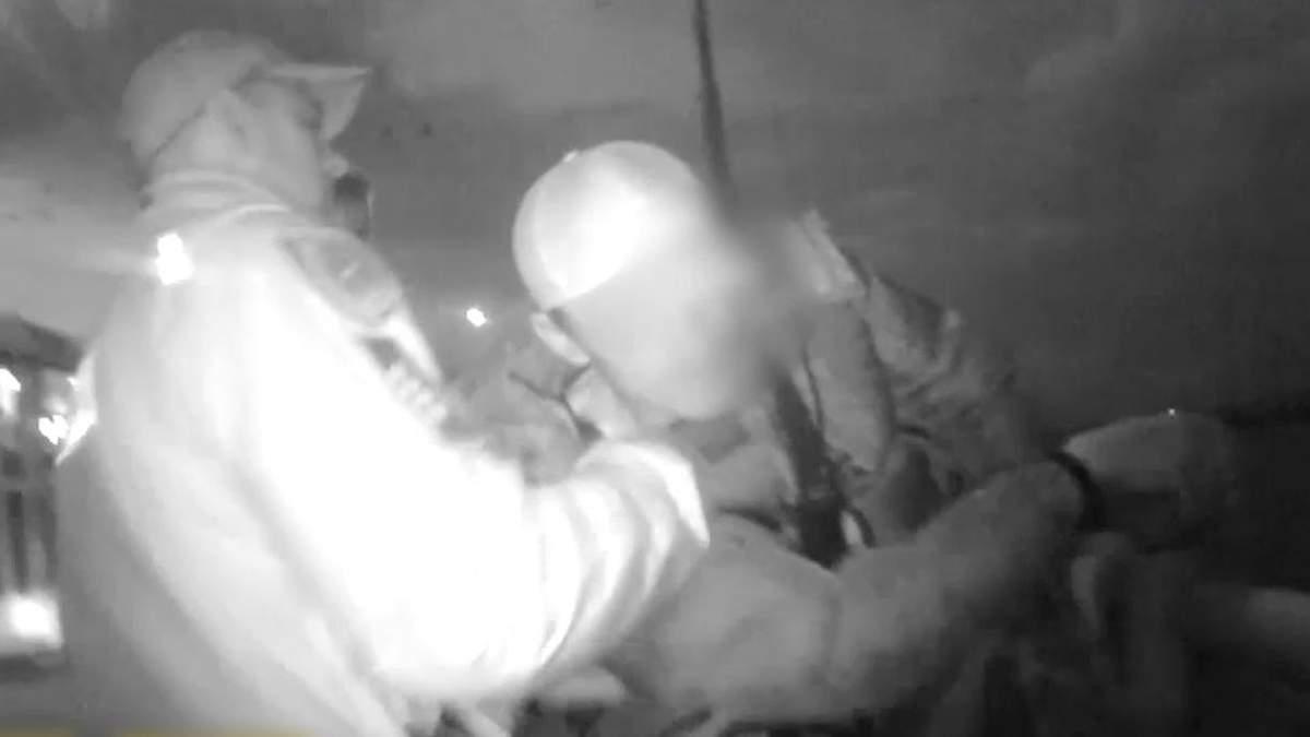 За мгновение до прыжка: патрульные Днепра спасли мужчину от самоубийства на мосту – видео