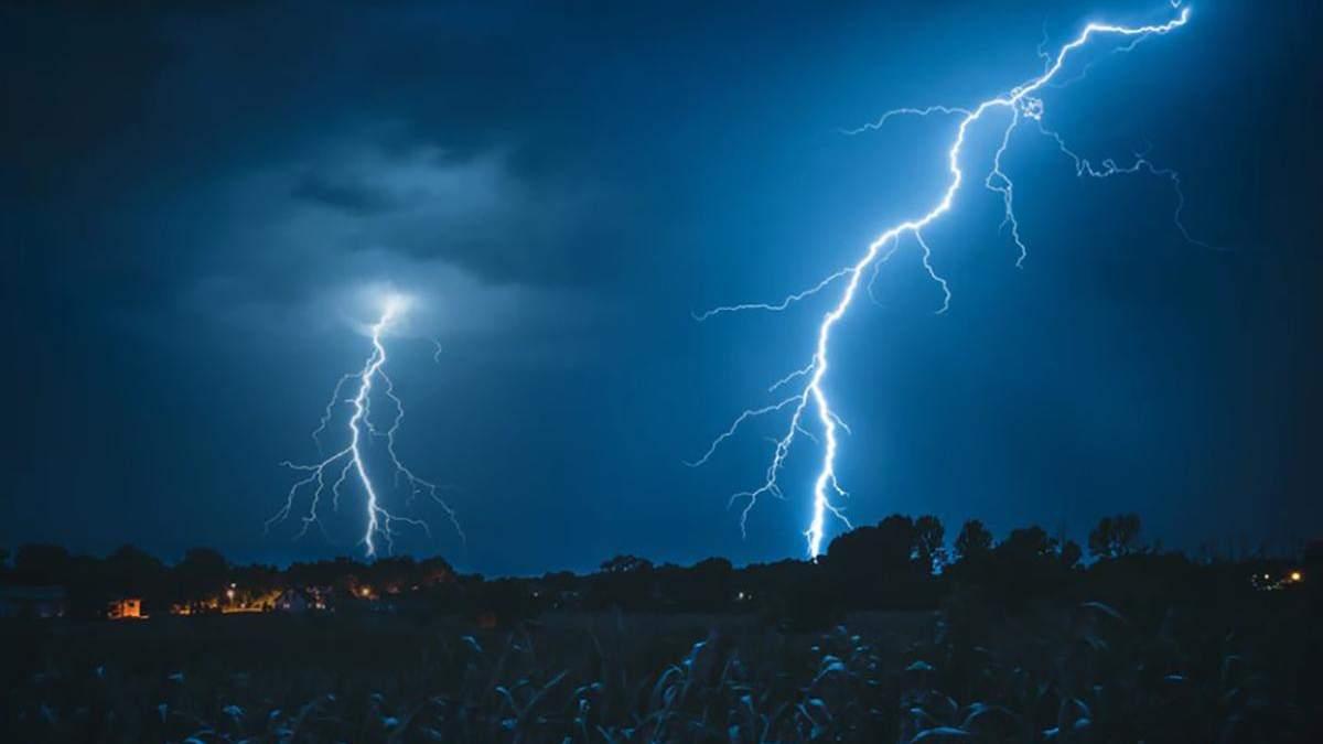 Молния на Ровенщине попала в двух человек на телеге