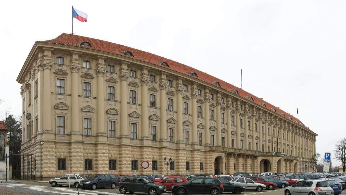 Чехія та Росія залишать у посольствах лише по 7 дипломатів