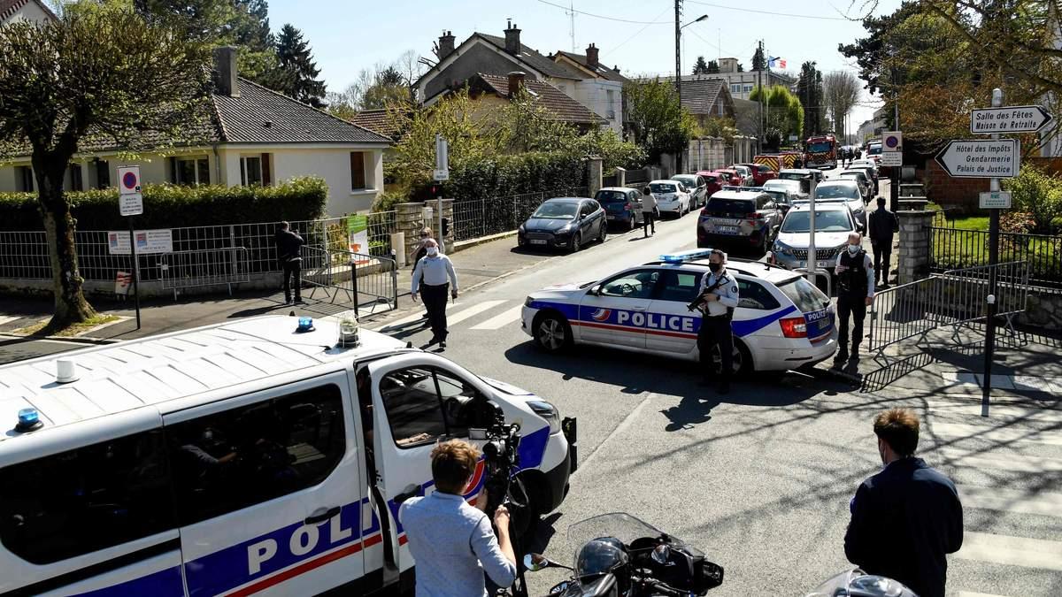 У Франції чоловік накинувся з ножем на поліцейських: є загибла