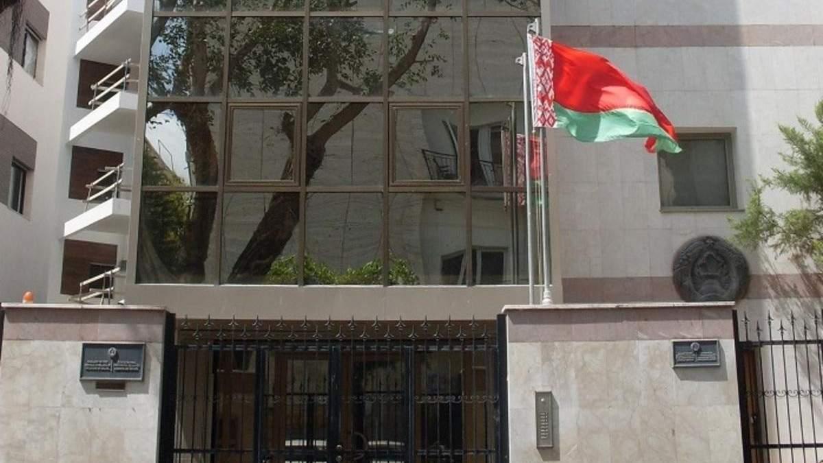 Білорусь не планує закривати посольства в Європі