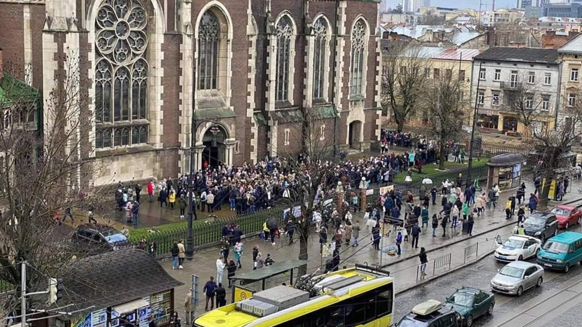 Тысячи верующих возле храмов: Садовый осудил многолюдное празднование Вербного воскресенья во Львове - фото