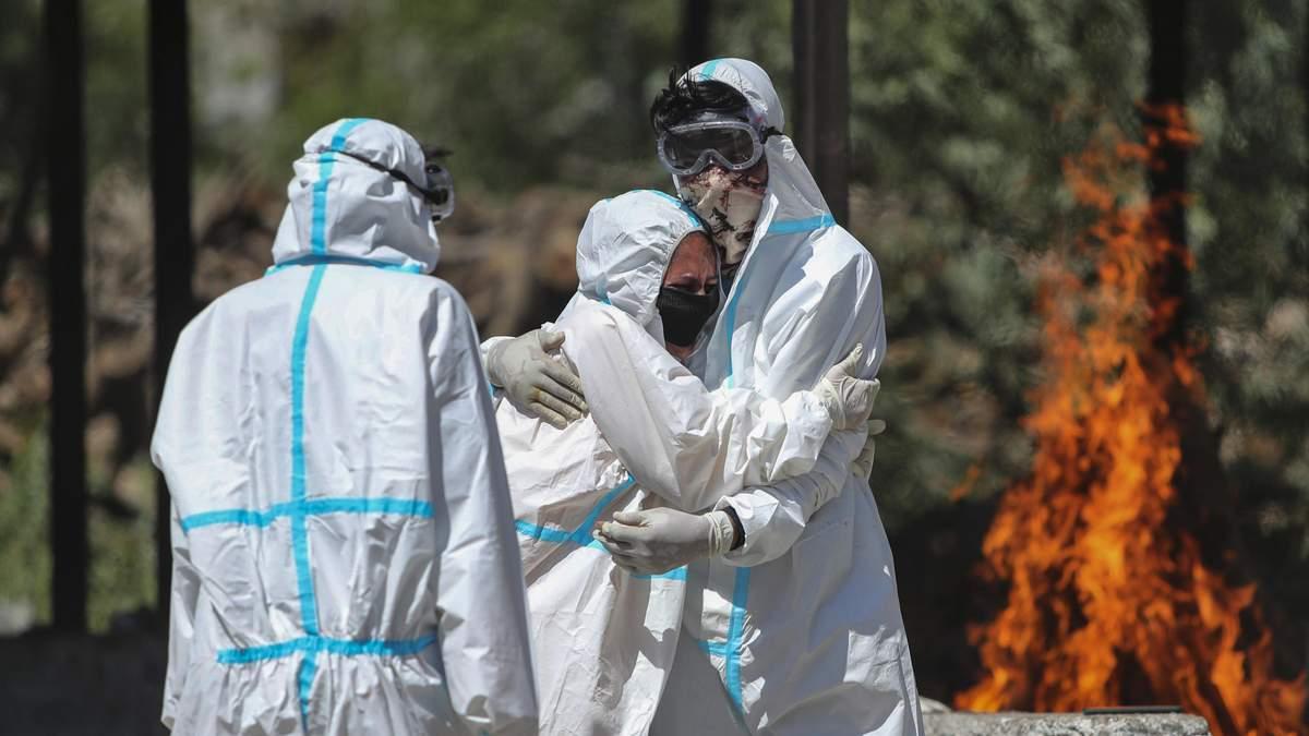 В Индии тела жертв коронавируса сжигают под открытым небом – фото