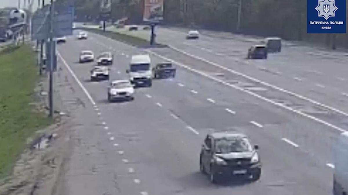 У Києві некерований ВАЗ влетів у Volkswagen та вилетів з дороги