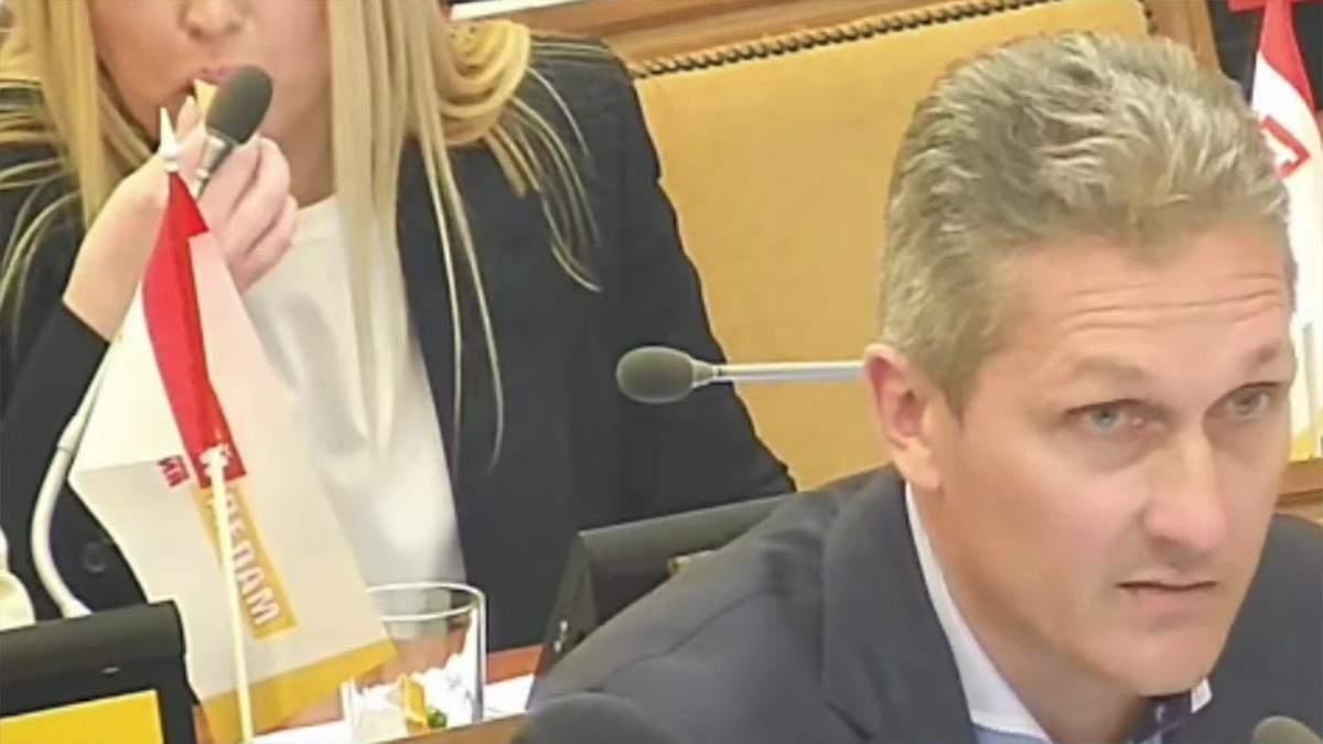 В Одесі депутатка їла цукерку, коли говорили про смерть – відео
