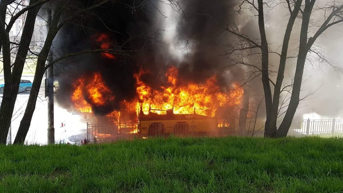 В Киеве 29.04.2021 полностью сгорел автобус: видео пожара