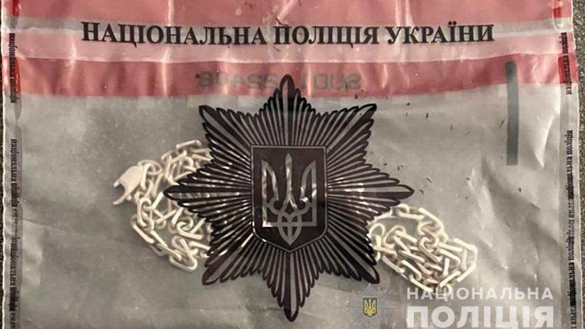 Подростки в Одессе ограбили прохожего: украли цепочку и браслет
