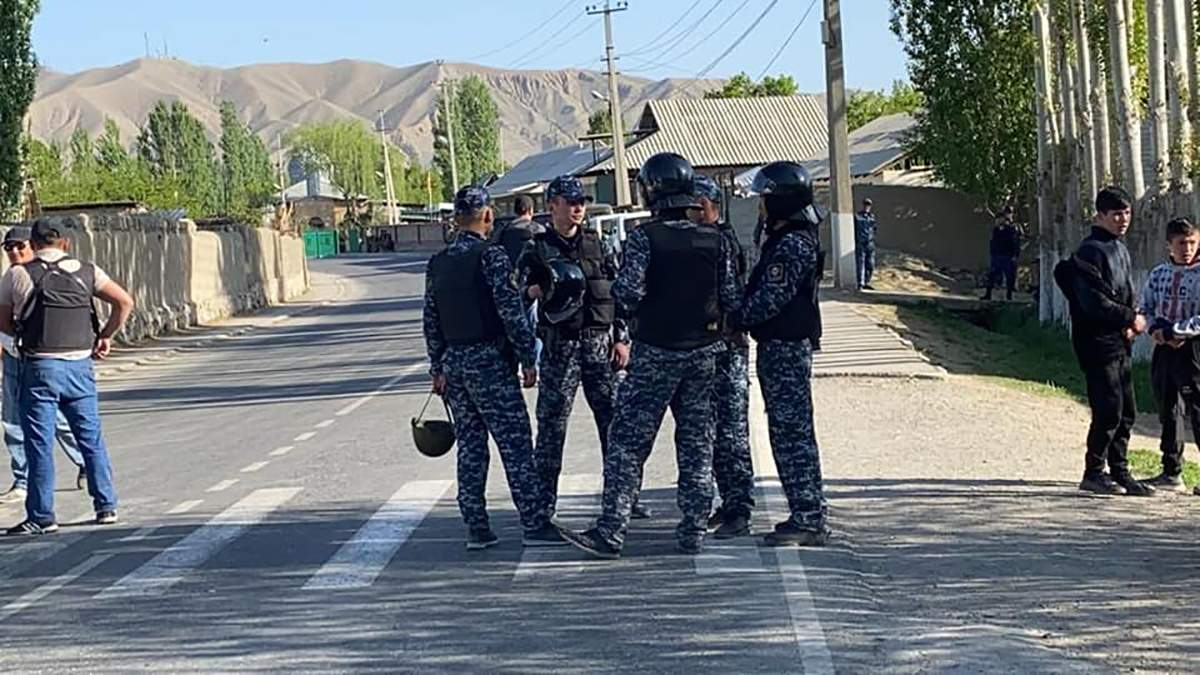 К границе Таджикистана и Кыргызстана стягивают войска: есть погибший