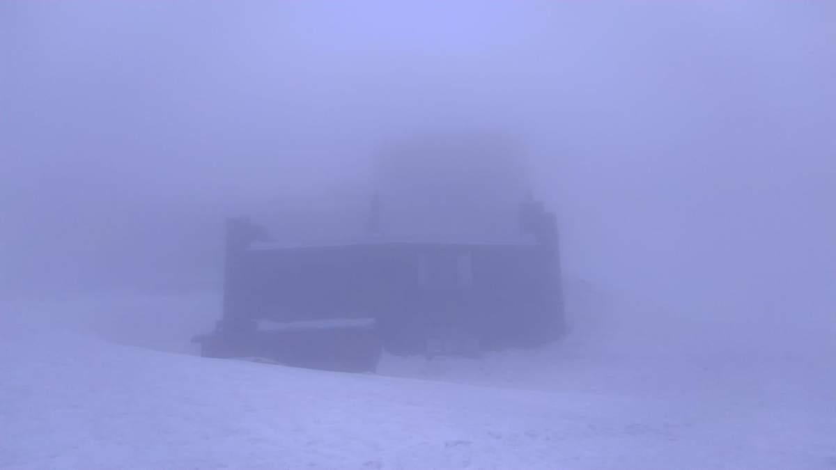 В Карпатах - снег и опасность схода лавин