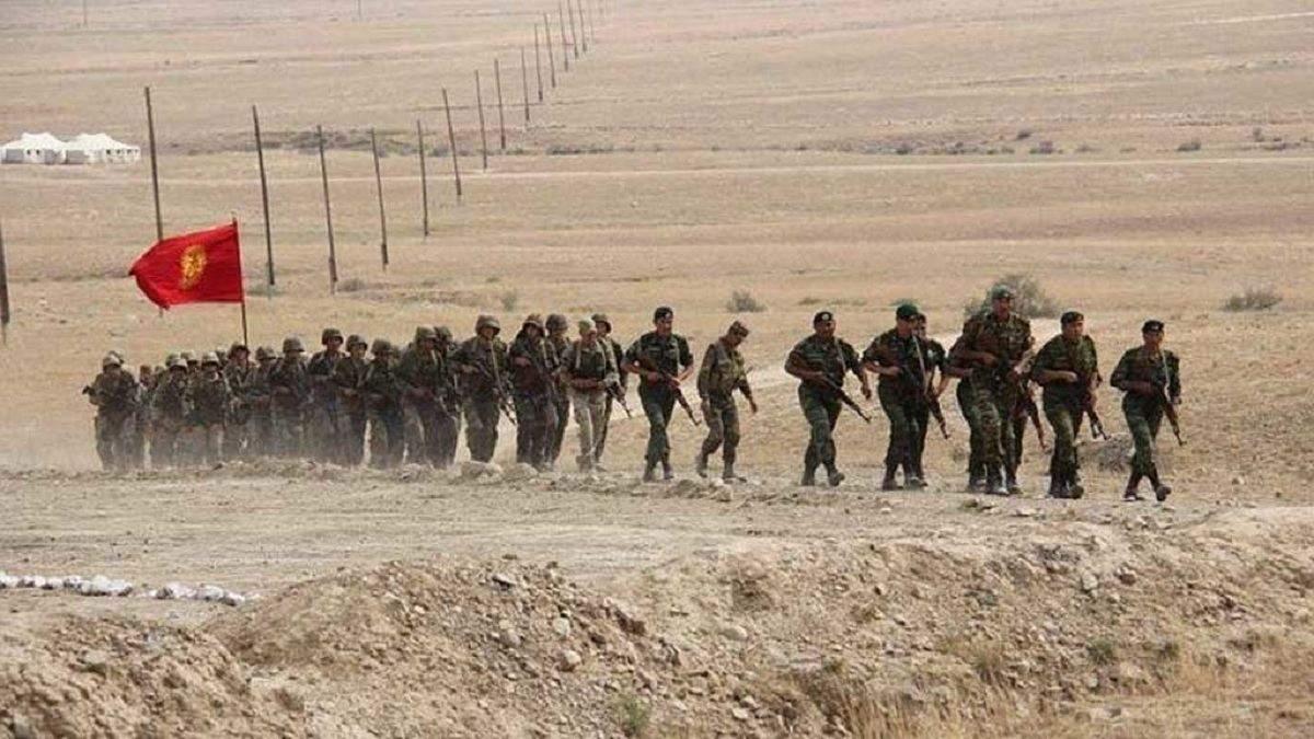 Главы Киргизии и Таджикистана договорились забрать технику от границы