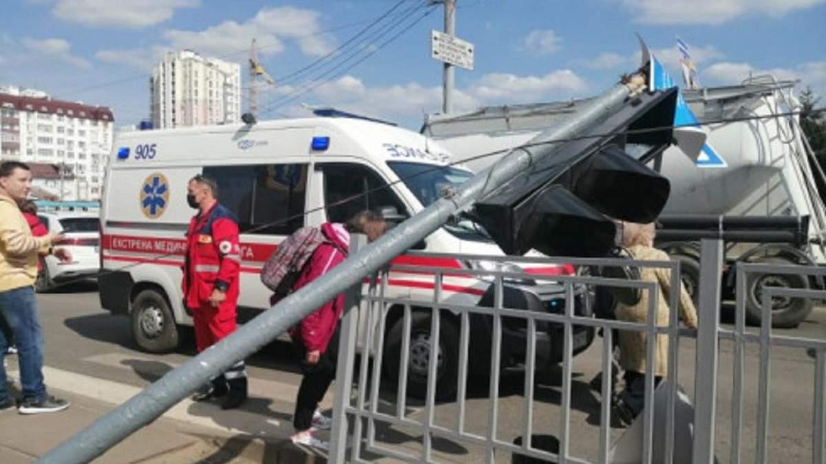 У Харкові на чоловіка впав світлофор: фото, відео з місця