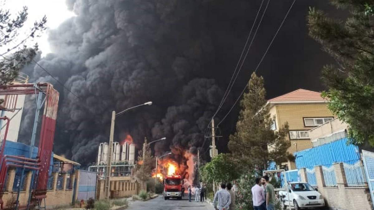 Мощный взрыв прогремел на химическом заводе в Иране