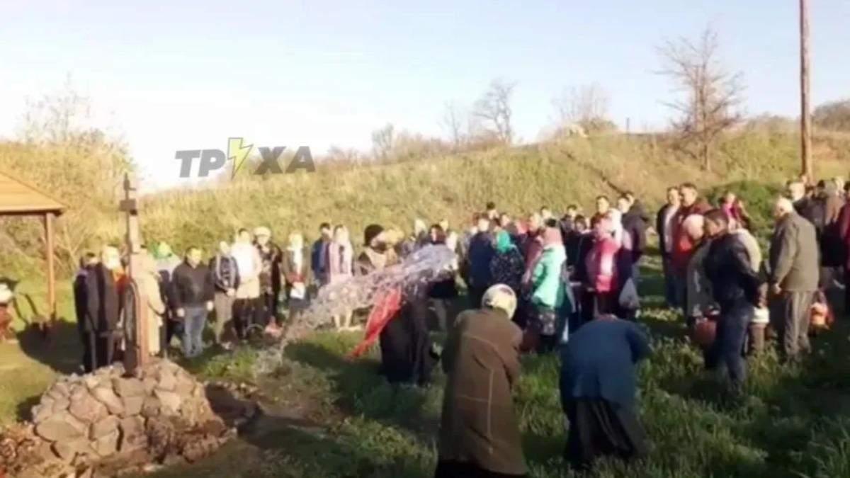 Забув святу воду: священник на Харківщині покропив людей з відра