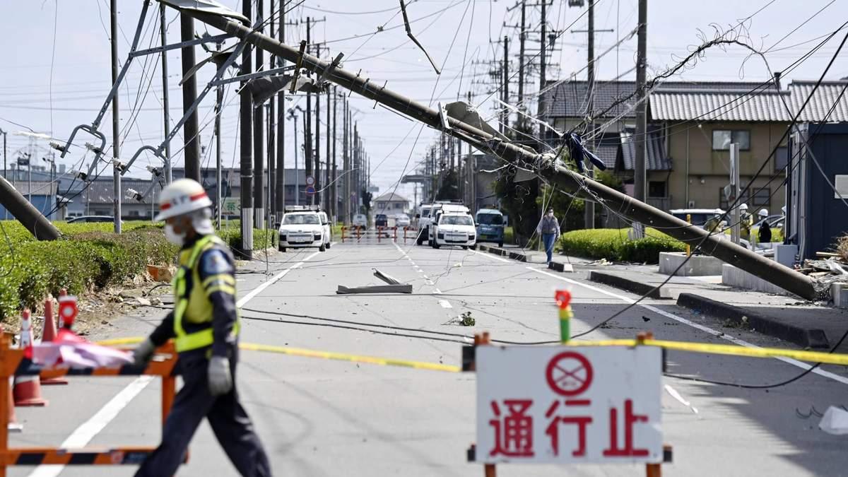 Перевернуті автівки та зруйновані будівлі: Японію сколихнув торнадо